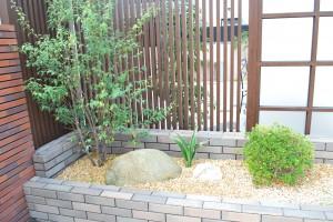 玄関横坪庭