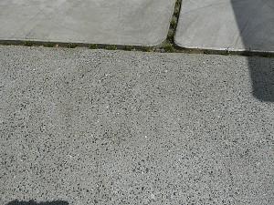 角丸の敷石と草目地