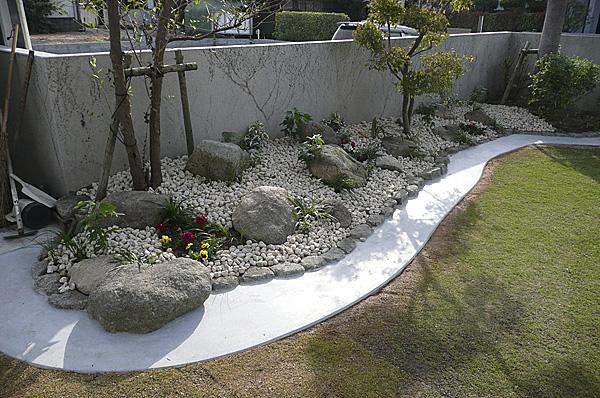 石を豊富に使ったお庭