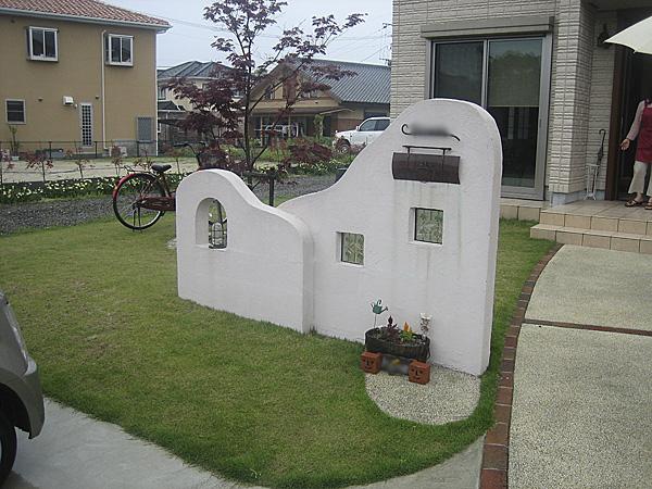 季節の変化を楽しめる門塀