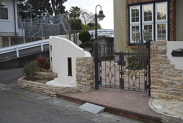 独特の形の門壁
